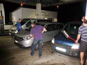 On nettoie les voitures à 2H du mat!