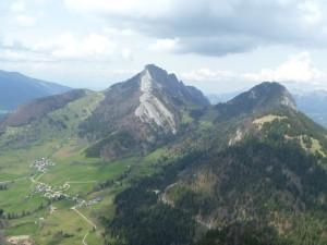 Vue sur le Roc des Boeufs depuis le Mont Julioz
